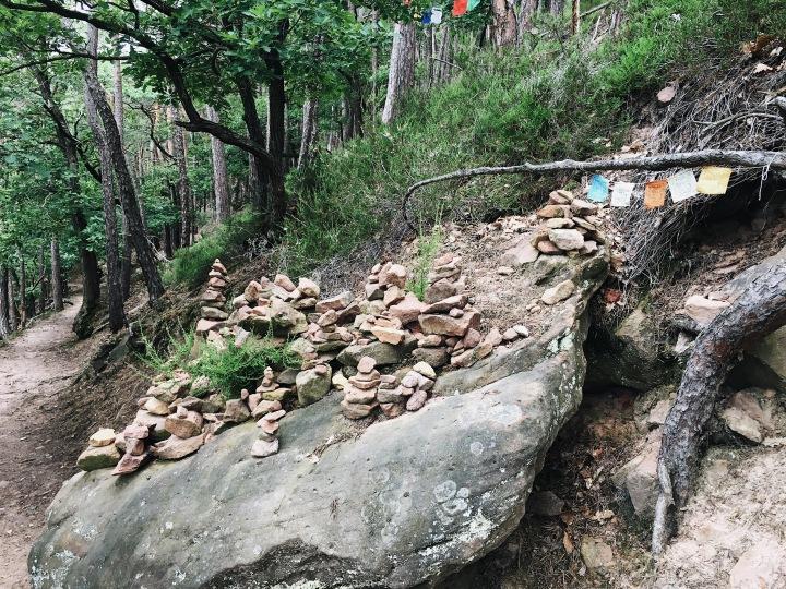 Steinmännchen und tibetische Fahnen